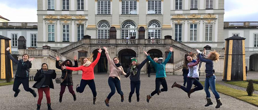 A group of ESFL students jump in front of Schönbrunn Palace.