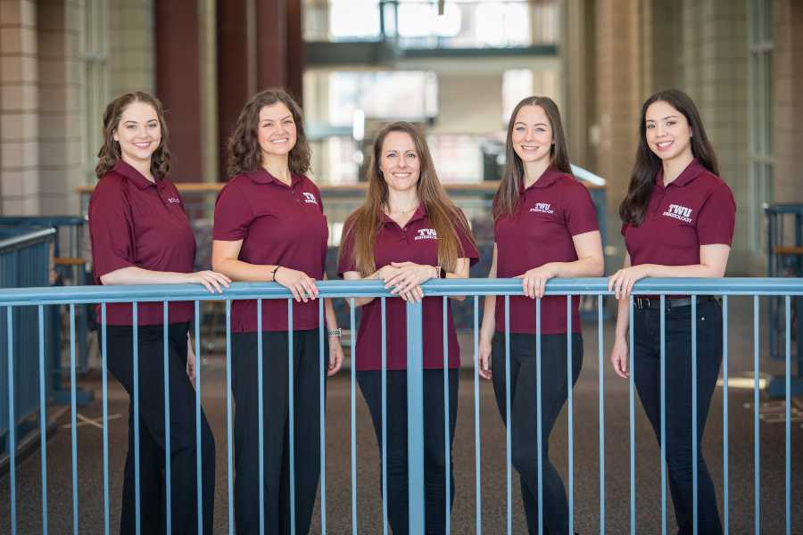 L'équipe Spring Athena V de TWU (Emily Blanton, Ashley Short, Vanessa Parnell, Elizabeth Schatte, Yuzek Rodriguez)