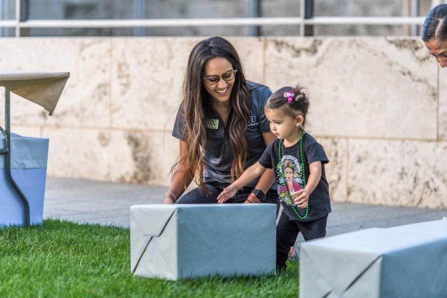 A TWU student works with a young girl at the Nasher Sculpture Museum.