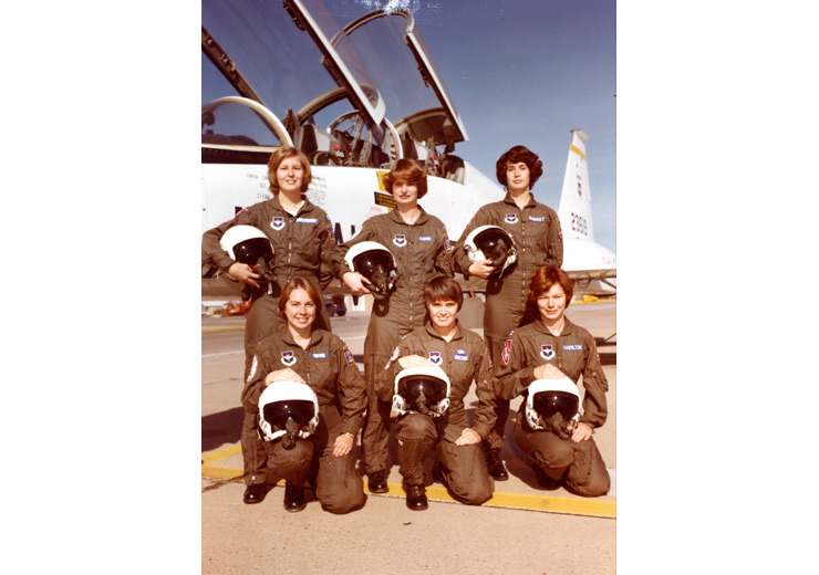 Kelly Hamilton and group of women pilots.